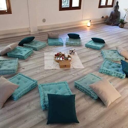Coussins en cercle pour un cours de méditation